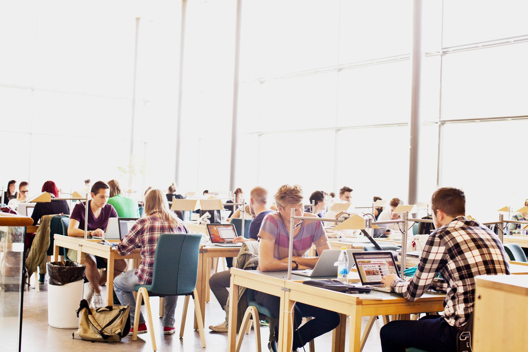 Specialistsjuksköterska - distriktssköterska. 75 HP. Studenter pluggar i  biblioteket cf71a32c5d970
